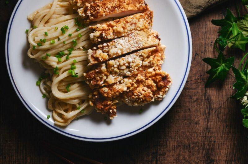カリッカリの台湾チキンとまろやか胡麻和えアジアンうどん 鶏排・ジーパイ 台湾風唐揚げ