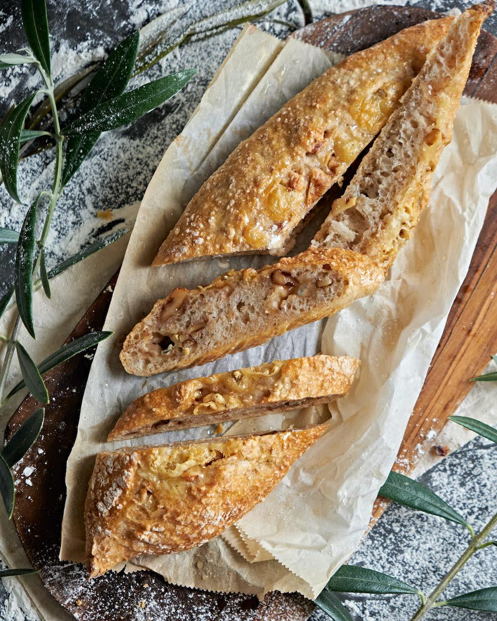 捏ねないオーバーナイトブレッドで、ブルーチーズとクルミのパン